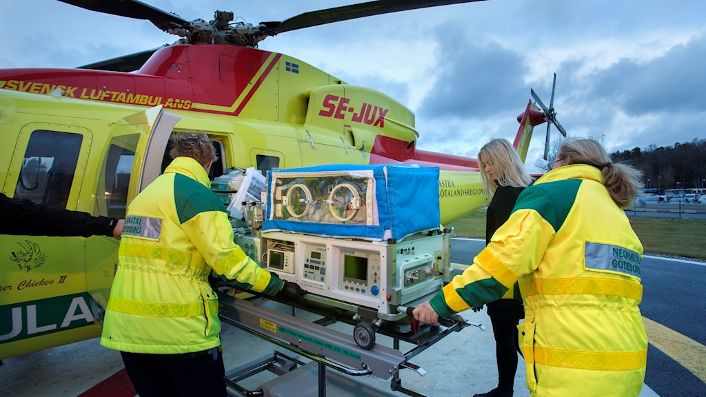 Sjukhushelikoptern provlastas med utrustning för att kunna transportera svårt sjuka nyfödda eller för tidigt födda barn.