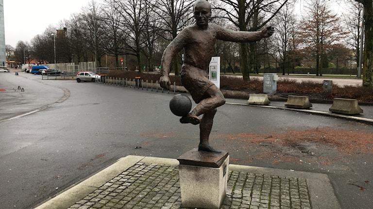 Statyn av Gunnar Gren utanför Gamla Ullevi.