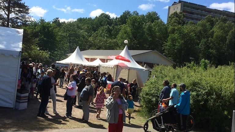 Massor av folk kom till familjedagen i Gårdstensdalen i det fina vädret.