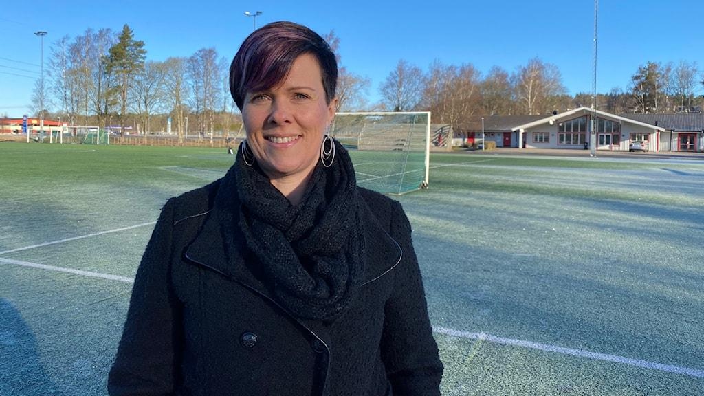Kvinna på fotbollsplan Lekstorps IF