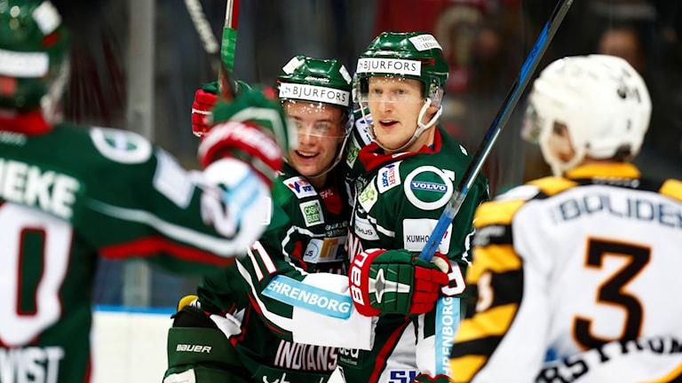 Simon Hjalmarsson i mitten har gjort 2-0 klappas om av Victor Olofsson.