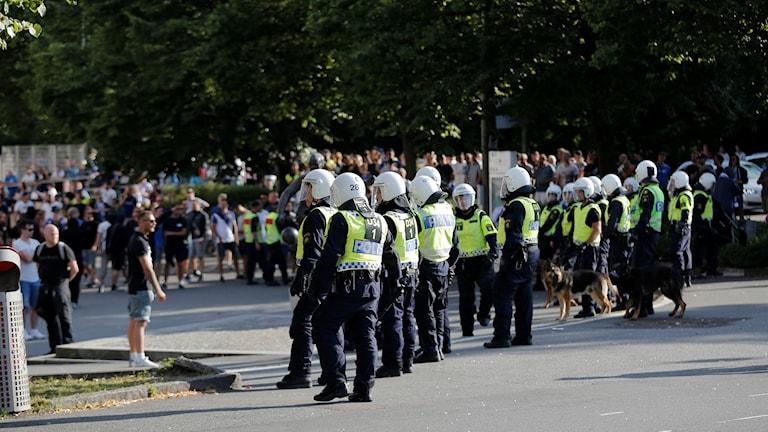 Bild på poliser utanför Gamla Ullevi