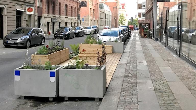 Minipark med trädäck på Teatergatan