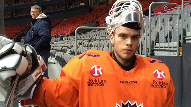Frölundas målvakt Johan Gustafsson med hjälmen på huvudet efter värmningen i Scandinavium