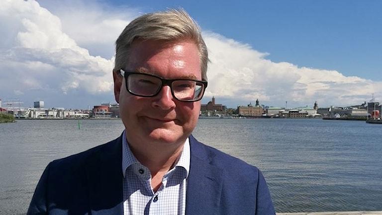 Moderaternas kommunalråd Jonas Ransgård utanför Kanalhuset i Göteborg.