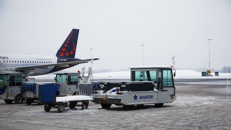 Ett flygplan och en bagagetransport i snön på Landvetter.