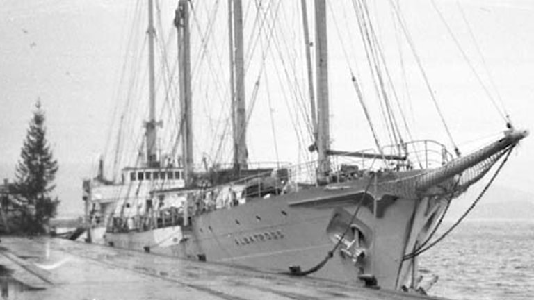 Ett segelfartyg vid en kaj.