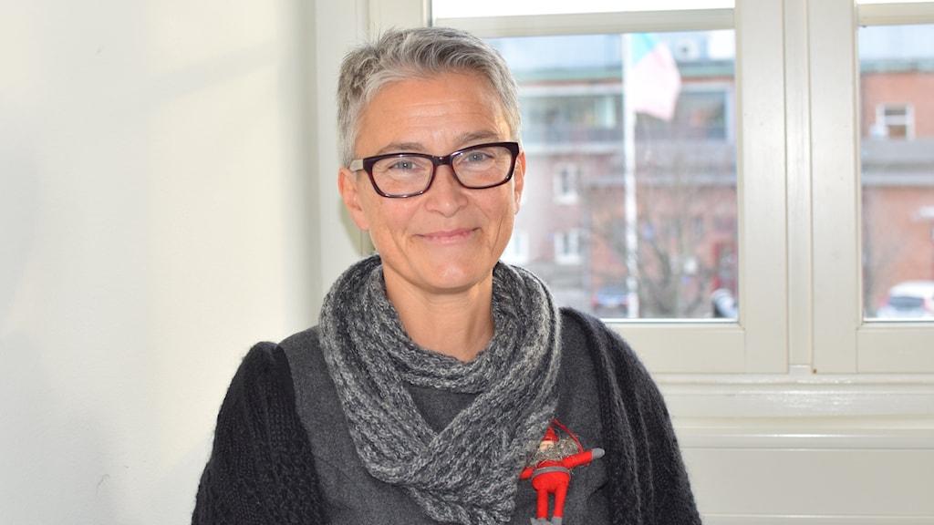 En kvinna med glasögon och kortklippt hår.
