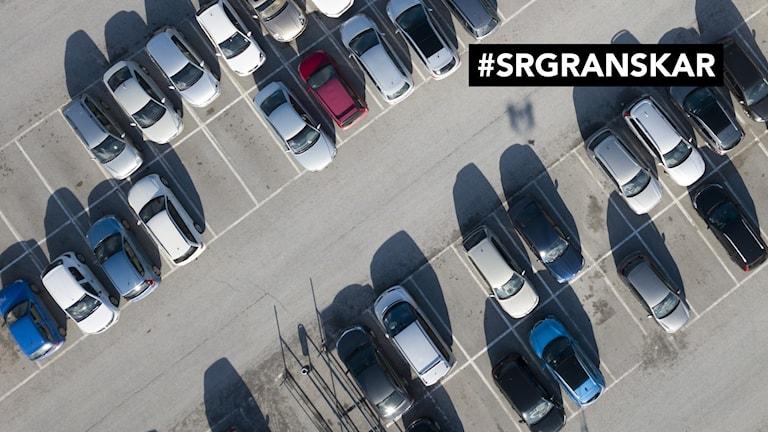 Parkerade bilar på en parkeringsplats sedda uppifrån.