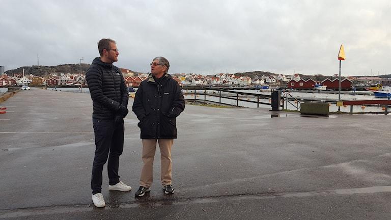 Två män i piren i Skärhamn.