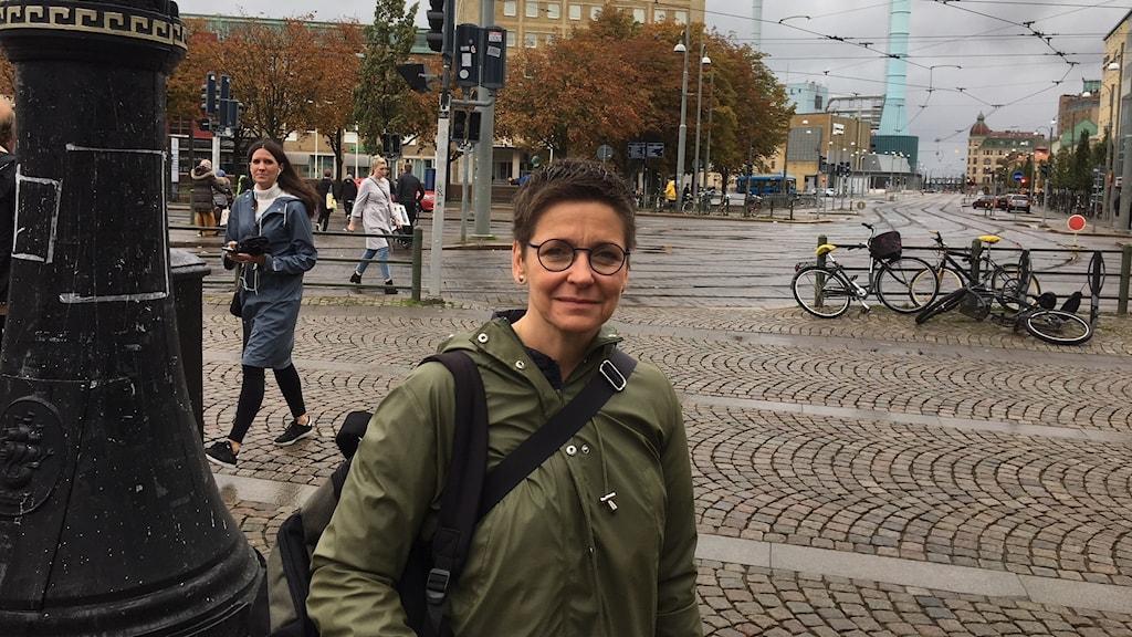 Ann-Sofie Hermansson på Järntorget med Folkets Hus i bakgrunden.