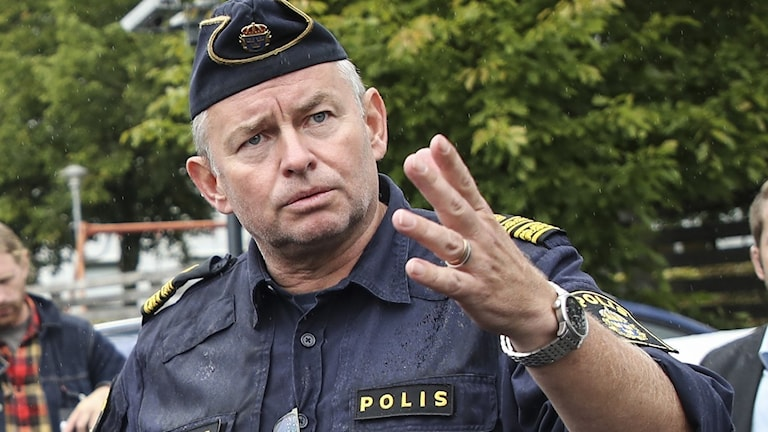 En polisman i uniform.