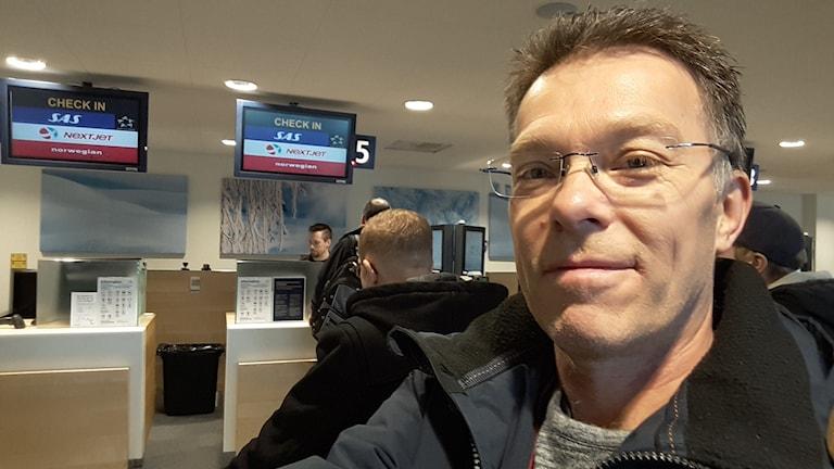 En man på en flygplats.