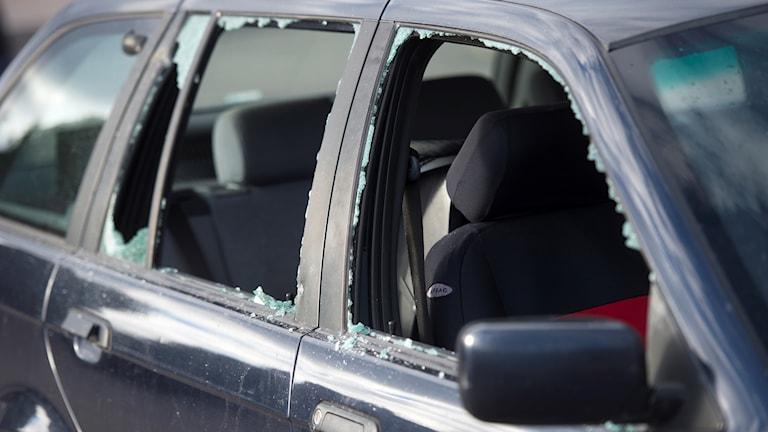 Arkivbild. Fönster krossade på bil som haft inbrott.