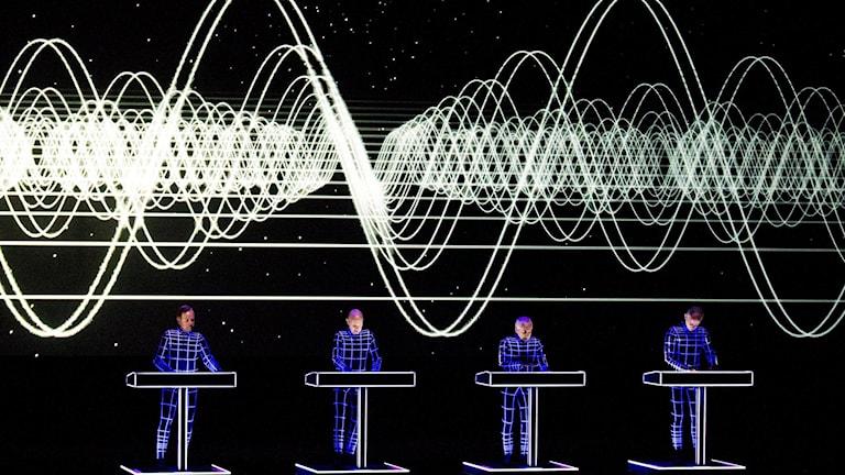 Fyra män på en scen