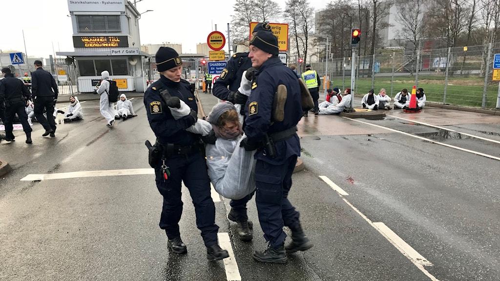 Polisen bar undan en del av mijöaktivisterna.