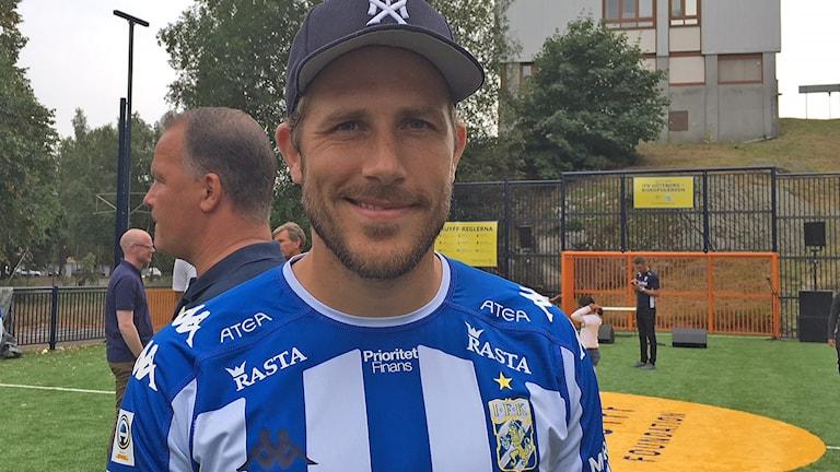 Tobias Hysén inviger fotbollsplan i Biskopsgården