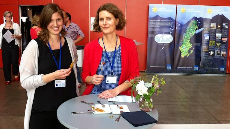 Kristina Bergman och Friederike Ziegler med rökta laxfenor och laxrenskorv. Foto: Markus Bergfors / Sveriges Radio