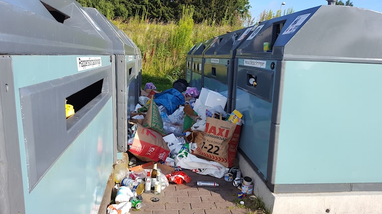Överfull återvinningsstation