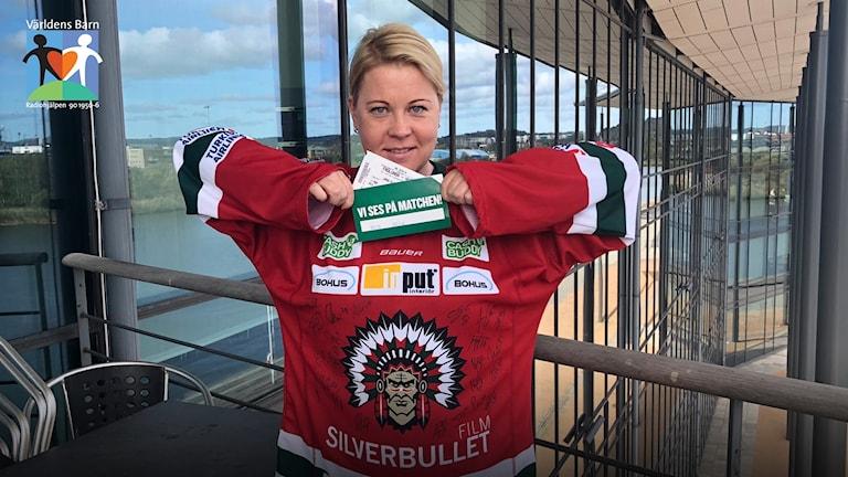 Linn Ohlsson klädd i en signerad Frölundatröja.