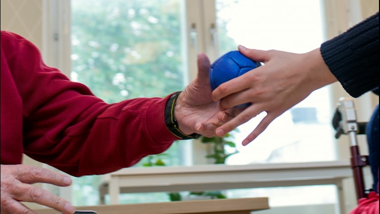 Två händer och en boll