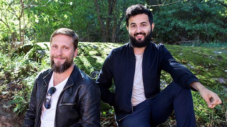 Två killar fotograferade utomhus