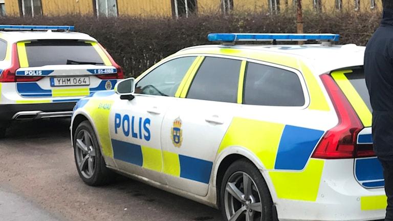 Polisbilar parkerade på en gata