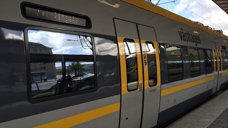 Tåg pendeltåg centralstationen