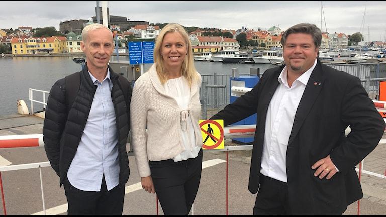 Tre personer med Marstrand i bakgrunden
