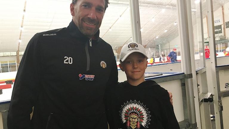 Joel Lundqvist och Måns Johannesson framför hockeyrinken.