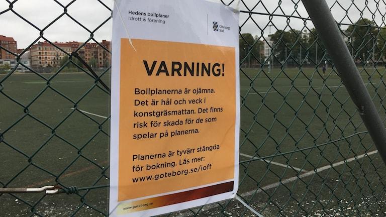Heden, varningsskylt konstgräsplan