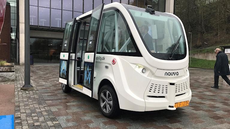 En liten vit buss