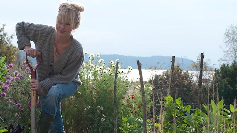 Emily Bratt i sin grönsaksträdgård på Tjörn