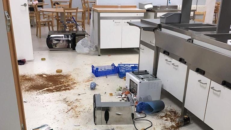 Köksmaskiner har välts omkull på golvet och tallrikar krossats.