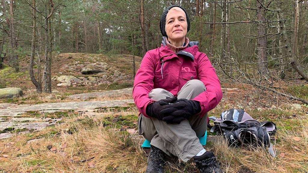 kvinna i skog