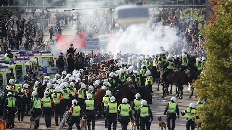 Polisen stoppar motdemonstranter.