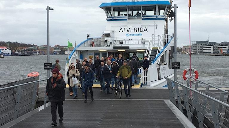 Passagerare går av Älvsnabbare vid Stenpiren.