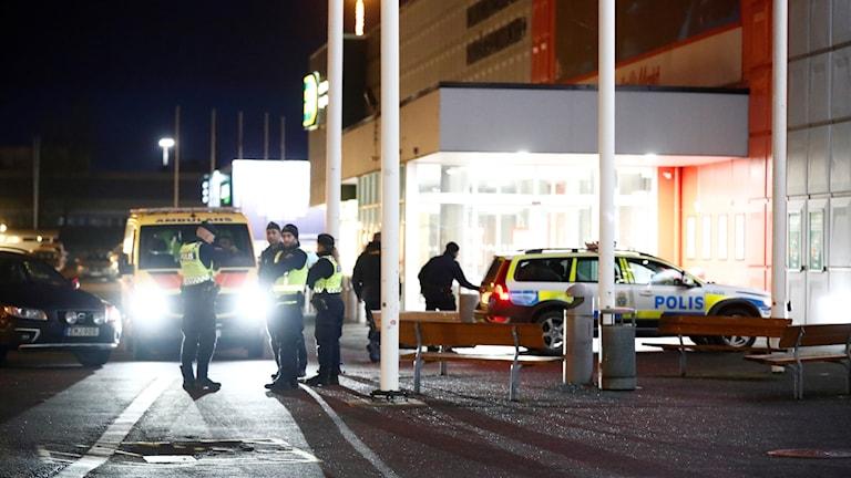 Polis och ambulans utanför Bäckebol.