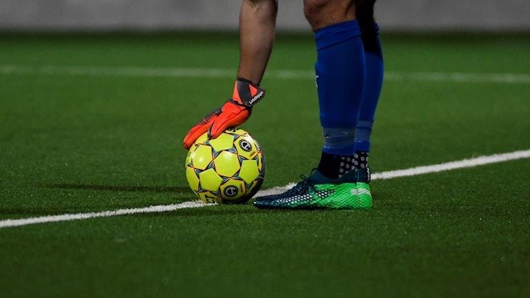 En fotbollsmålvakt med en fotboll under en match i allsvenskan på Gavlevallens konstgräs.