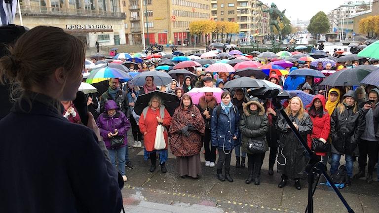 Färgglada paraplyer hos deltagarna under manifestationen i Göteborg.