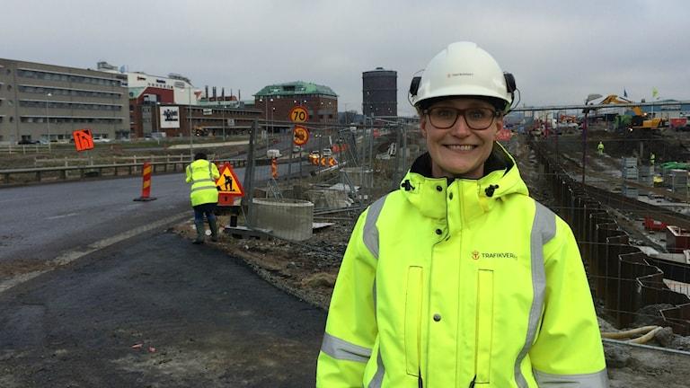 Marika Åkerman, projektledare på Trafikverket. Påfarten i bakgrunden stängs av på tisdag och trafiken leds om via en ersättningsväg utmed terminalerna.