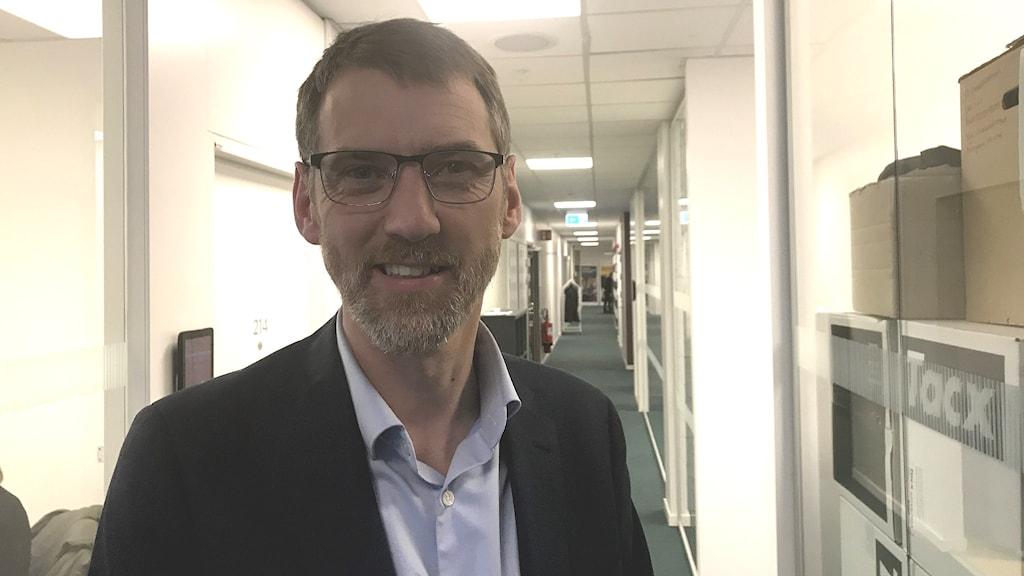 Man med glasögon, blå skjorta och skägg. Nils Kaiser på avdelning myndighet, Grundskoleförvaltningen Göteborg