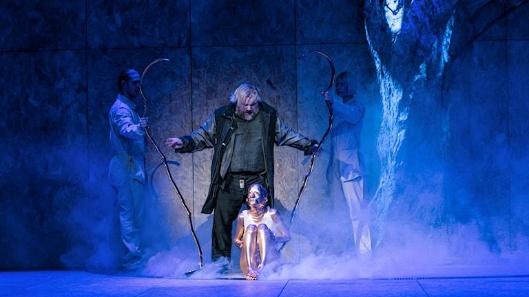Olafur Sigurdarson som Alberich och Sara Suneson som Guldbarnet.