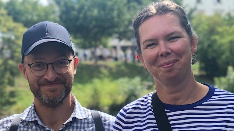 En man med keps och en kvinna med grön bakgrund.