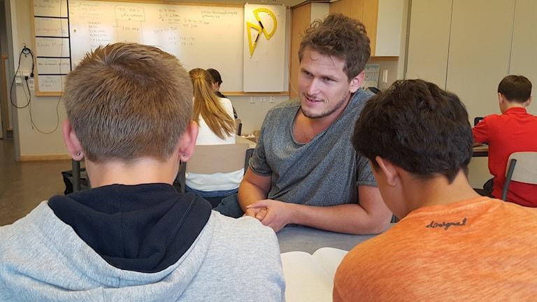 Daniel Allansson är anställd hos ett bemanningsföretag och arbetar som lärarvikarie på Bergums skola.
