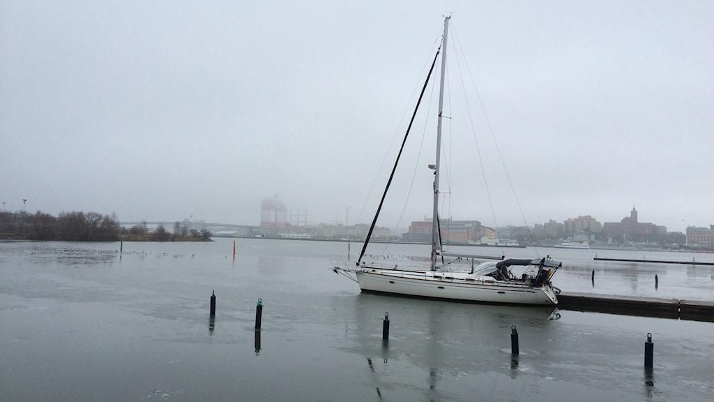 Dimma över Göta Älv med segelbåt