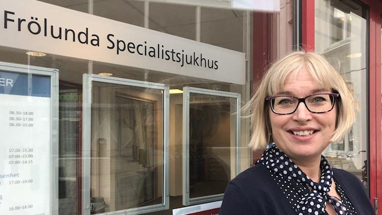 Matilda Berntsson, enhetschef Frölunda specialistsjukhus framför entren till sjukhuset