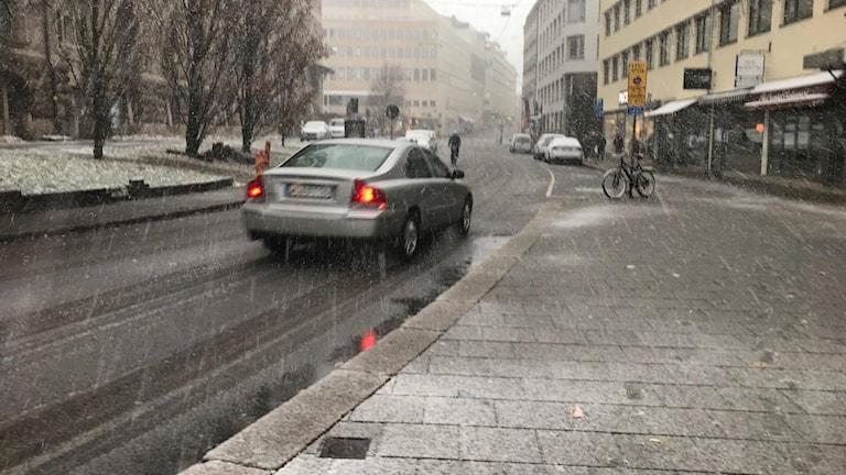 Det är halt på vägarna i Göteborg efter att den första snön föll.