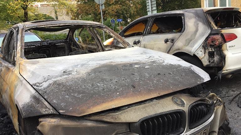 Två utbrända bilar