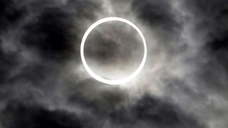 En cirkel som bildas av en solförmörkelse.